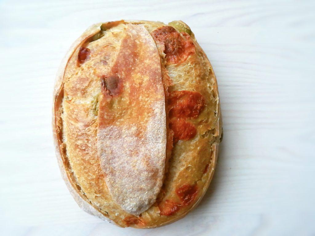 クイーンオリーブとマンチェゴチーズのサワードウ